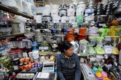 Một tiệm bán vật dụng gia đình ở Lạng Sơn trưng bày toàn hàng Trung Quốc. AFP photo