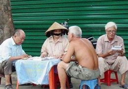Các cụ già chơi lô đề ngay trên hè phố. Blog xosothantai