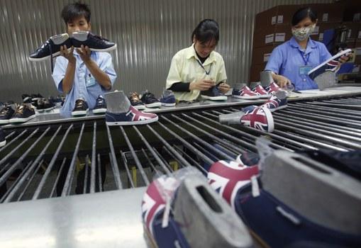 Công nhân nhà máy giày tại Hà Nội.
