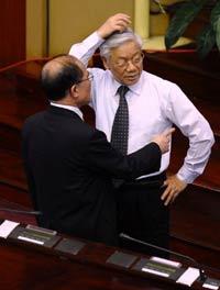 Tổng Bí Thư ĐCS VN Nguyễn Phú Trọng (P) và Chủ tịch QH Nguyễn Sinh Hùng tại phiên bế mạc kỳ họp Quốc hội tại Hà Nội hôm 21/6/2012. AFP