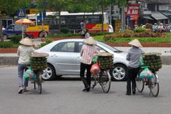 Những phụ nữ nông thôn lên thành phố bán trái cây dạo. RFA photo