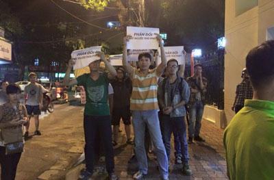 Một số bạn trẻ đến trước Công an quận Hai Bà Trưng ở Hà Nội để yêu cầu trả tự do cho các thân hữu bị bắt đến đó sau đó thì họ đám côn đồ hành hung (ngày 23/9/2015 Facebook Nguyen Lan Thang)