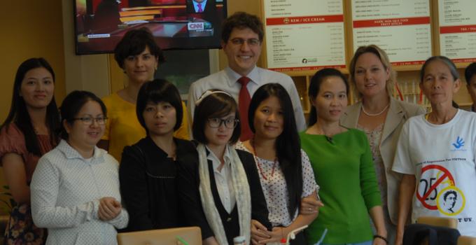 Cuộc gặp gỡ giữa Hội Phụ Nữ Nhân Quyền Việt Nam với bà Jenifer và hai đồng sự, Đại Sứ Quán Hoa Kỳ tại Hà Nội ngày 18/11/2013.