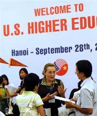Sinh viên, học sinh VN tìm hiểu về du học tại một hội chợ du học tổ chức ở Hà Nội năm 2009. AFP photo