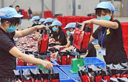 Công nhân xưởng chế biến cà phê uống liền thương hiệu Trung Nguyên đang đóng gói sản phẩm. AFP