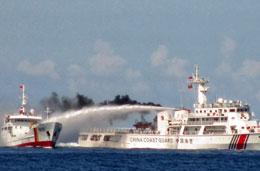 Tàu Trung Quốc ngang nhiên dùng vòi rồng phun nước tấn công tàu Việt Nam. AFP