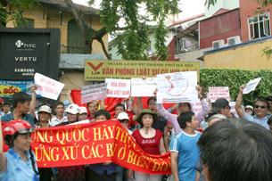 Đoàn tuần hành kết thúc trước tư gia TS Cù Huy Hà Vũ. 20 tháng 6,2011Source blog Nguoibuongio
