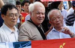 Từ trái sang: Các ông Nguyễn Huệ Chi, Nguyễn Văn Khải, Nguyên Ngọc cùng xuống đường biểu tình chống TQ hôm 14/8/2011. AFP