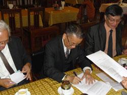 Nguyên Bộ trưởng Tư pháp Nguyễn Đình Lộc, Trưởng đoàn, ký vào văn bản gửi Ủy ban Dự thảo sửa đổi Hiến pháp 1992. Photo courtesy of anhbasam