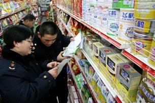 Cảnh sát Trung Quốc đang kiểm soát một số loai sữa bột bày bán ngoài thị trường.