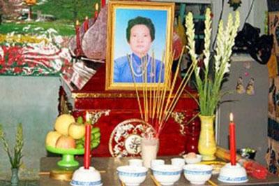 Bà Đặng Thị Kim Liêng, mẹ của Tạ Phong Tần đã tự thiêu ngày 30 tháng 7, 2012