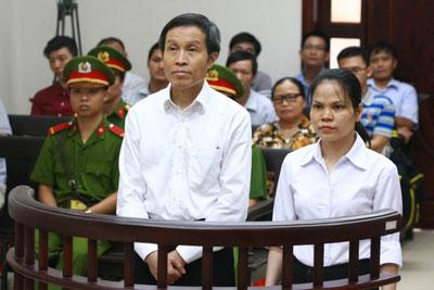 Blogger Ba Sàm Nguyễn Hữu Vinh và bà Nguyễn Thị Minh Thúy tại phiên tòa phúc thẩm ở Hà Nội ngày 22/9/2016.