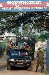 Các lảnh tụ Khmer Đỏ được bảo vệ cẩn mật trên đường đến tòa án. AFP photo