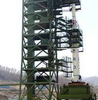 Hoả tiễn Unhap-3 lên bệ phóng, 8 tháng 4- Photo courtesy Digital Gloge
