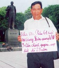 Ông Kha Văn Chầu trong chuyến ra Hà Nội để khiếu kiện đất đai bị cưỡng chiếm. Hình của các phóng viên PTCDVN tại Hà Nội.