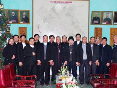 Phái đoàn Giáo phận Vinh chào thăm Đức cha Anphong Nguyễn Hữu Long hôm 2/1/2019.