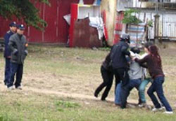 Công an, an ninh hành hung và bắt giữ Luật sư Lê Quốc Quân trong sân Tòa Khâm Sứ Hà Nội hồi năm 2008. Photo courtesy of Vietcatholic.