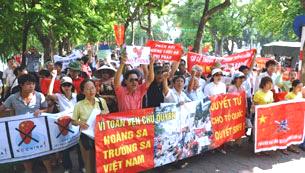 Người dân biểu tình phản đối Trung Quốc tại Hà Nội sáng 14-08-2011.