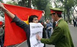 Sinh viên Thanh niên Việt Nam biểu tình phản đối Trung Quốc xâm chiếm Hoàng Sa Trường Sa. RFA file Photo.