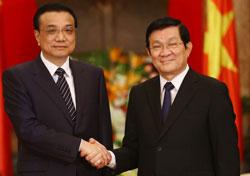 Thủ tướng Trung Quốc Lý Khắc Cường (trái) cùng Chủ tịch Việt Nam Trương Tấn Sang tại Hà Nội ngày 14 Tháng 10 năm 2013. AFP PHOTO.