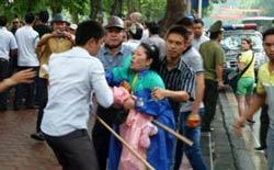 Công an mặc thường phục bắt bớ người dân biểu tình hôm 21/8/2011. AFP photo