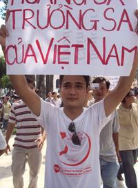 """Một bạn trẻ trong đoàn biểu tình giơ cao biểu ngữ """"Trường Sa, Hoàng Sa là của Việt Nam"""""""