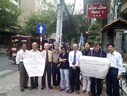 Các bậc nhân sĩ trí thức biểu tình ôn hòa hôm 05/6/2011.