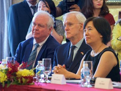 TNS Bob Kerrey (giữa) tại Việt Nam hôm 25/5/2016.