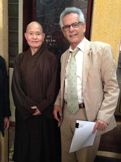 Dân Biểu Alan Lowenthal và Đại Lão Hòa Thượng Thích Quảng Độ tại Sài Gòn ngày 4 tháng 5, 2015.