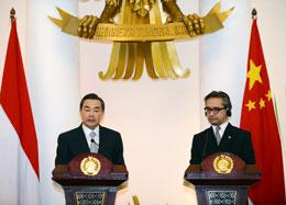 Bộ trưởng Ngoại giao Trung Quốc Vương Nghị ( Wang Yi) (trái) và Ngoại trưởng Marty Natalegawa của Indonesia (phải)  trong một cuộc họp báo chung sau cuộc gặp song phương tại Jakarta vào ngày 02 tháng Năm 2013. AFP