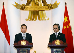 Bộ trưởng Ngoại giao Trung Quốc Vương Nghị ( Wang Yi) (trái) và Ngoại trưởng Marty Natalegawa của Indonesia (phải)  trong một cuộc họp báo chung sau cuộc gặp song phương tại Jakarta vào ngày 02 tháng Năm 2013.AFP
