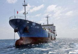 Tàu cung cấp mang tên Quỳnh Tam Á F8138 và lực lượng chức năng của Cục Ngư chính Nam Hải cũng tham gia hỗ trợ cho đoàn 30 tàu cá Trung Quốc ở Trường Sa. (China News)