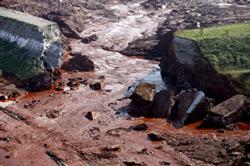 Đoạn đê bị vỡ của một hồ chứa bùn đỏ thuộc nhà máy Ajkai Timfoldgyar, Kolontar, cách thủ đô Budapest của Hungary 160km, ảnh chụp ngày 08/10/2010. AFP PHOTO / STR.