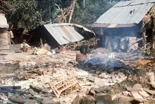 Hình minh họa. Một người dân ngồi giữa đống đổ nát ở làng mình sau những vụ đánh bom hôm 27/1/1973, ngày ký hiệp định Paris chấm dứt chiến tranh Việt Nam.