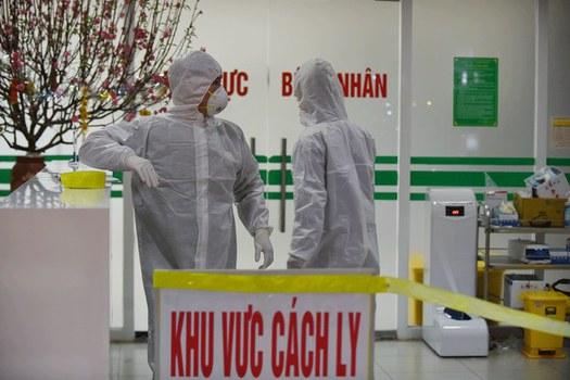 Nhân viên y tế đứng cạnh quầy ở khu vực cách ly tại Viện các bệnh nhiệt đới ở Hà Nội hôm 30/1/2020