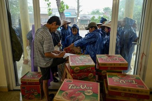 Người dân xếp hàng để được tặng những thùng mì gói tại huyện Hải Lăng, tỉnh Quảng Trị vào ngày 16 tháng 10 năm 2020.