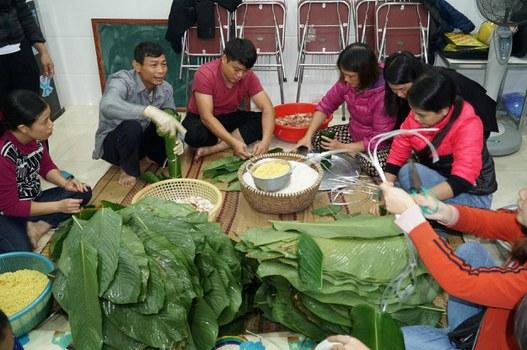 Người dân tại một làng quê ở tỉnh Nghệ An gói bánh chưng để cung cấp cho đồng bào vùng lũ. Ảnh chụp hôm 21/10/2020.