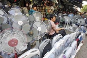 Hàng điện tử của Trung Quốc lấn áp mọi loại hàng của quốc gia khác ở các cửa hàng và cả trên đường phố