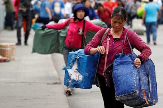 Phụ nữ Việt Nam xách hàng nhập khẩu từ Trung Quốc qua cửa khẩu Móng Cái