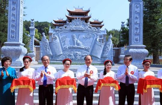 Thủ tướng Nguyễn Xuân Phúc (thứ 5 từ bìa trái sang) tại sự kiện khánh thành đền thờ gia tiên Chủ tịch Hồ Chí Minh, sáng ngày 16/5/2020.