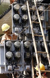 Công nhân điện lực đang làm việc. AFP photo