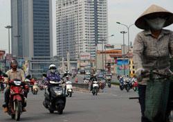 Giao thông trên một đoạn đường cao cấp ở Hà Nội hôm 21/6/2013. AFP photo