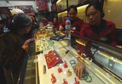 Một tiệm mua bán vàng ở Hà Nội hôm 25/2/2011. AFP photo