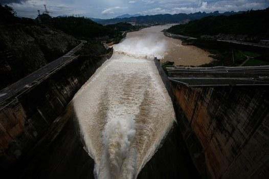 Minh họa: Nhà máy thủy điện Hòa Bình mở cửa xả lũ sau trận mưa lớn do bão Talas gây ra tại tỉnh Hòa Bình, ngoại ô Hà Nội.
