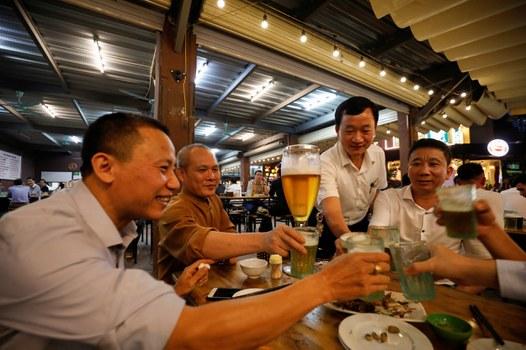 Uống bia tại một nhà hàng sau khi chính sách nới lỏng tình trạng cấm vận trên toàn quốc trong đợt bùng phát dịch bệnh do coronavirus (COVID-19) ở Hà Nội, Việt Nam ngày 29 tháng 4 năm 2020.