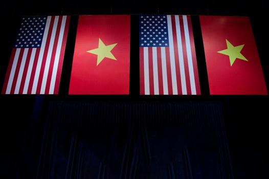 Cờ Mỹ và cờ Việt Nam, ảnh minh họa chụp trước đây.