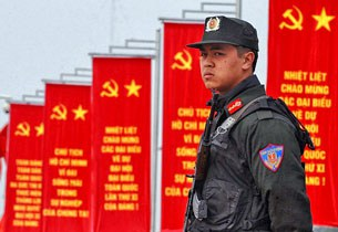 Cảnh sát đặc biệt vũ trang đứng gác trước các biểu ngữ của đảng cộng sản VN
