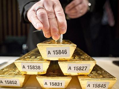 Một nhân viên của Ngân hàng Liên bang Đức kiểm tra tuổi vàng.