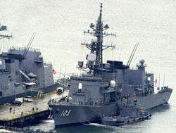 Tàu khu trục của Hải quân Nhật Bản tại cảng nhà Sasebo, Nagasaki vào ngày 19 tháng 2 năm 2013. AFP PHOTO.