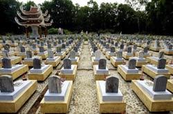 Các ngôi mộ của bộ đội Việt Nam thiệt mạng trong chiến tranh được chôn tại nghĩa trang quân sự lớn nhất nước thuộc tỉnh Quảng Trị. Ảnh chụp hôm 31/7/2004. AFP